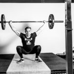 Jonas Green i en dyb snatch position i PerformanceLab og CrossFit Lageret Holstebro